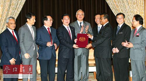 今年1月份,马来西亚首相纳吉见证马来西亚高教部部长授信给厦大校长朱崇实。